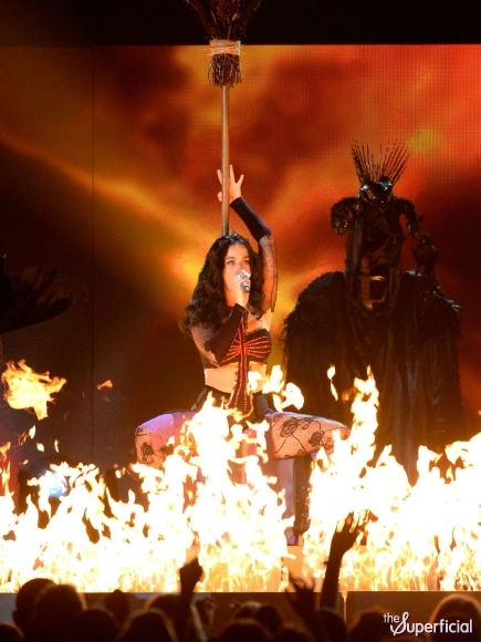 katy-perry-grammys-performance-dark-horse-02-435x580